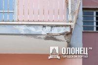 В Лодейном Поле чиновники не спешат демонтировать аварийный балкон